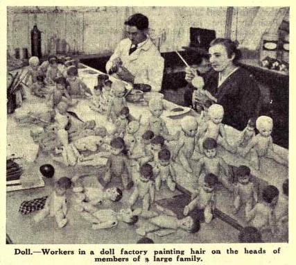 altes sw-Foto: Puppenmacher malen Puppen an