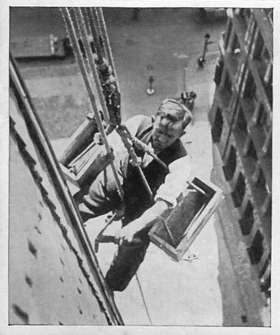 sw-Foto: Dachdecker arbeitet am Dach