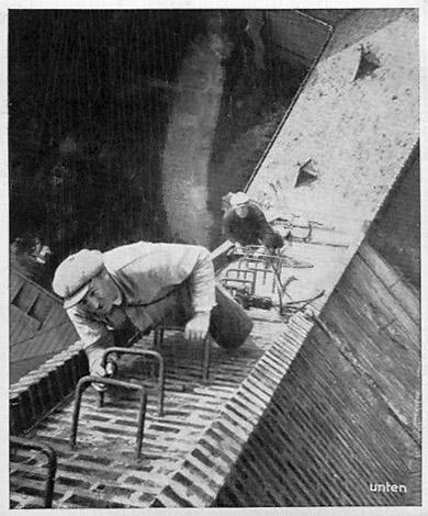 sw-Foto: zwei Männer besteigen Kirchturm