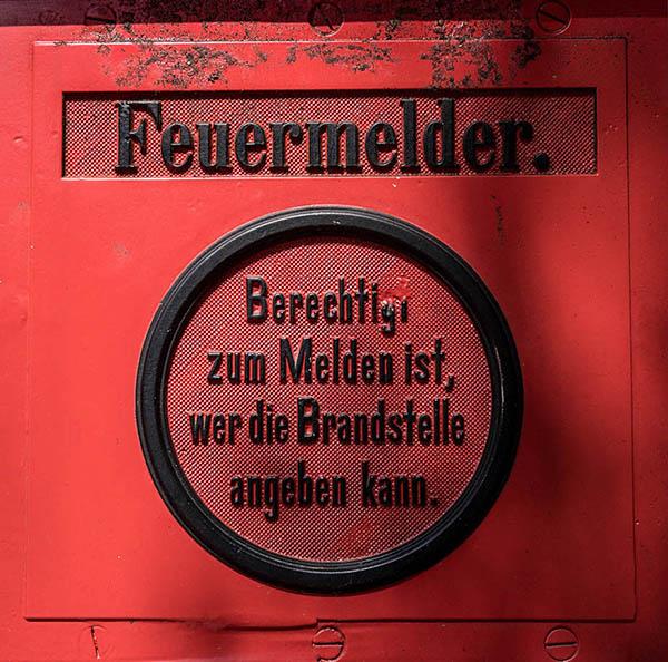 Nahaufnahme: Text auf altem Feuermelder