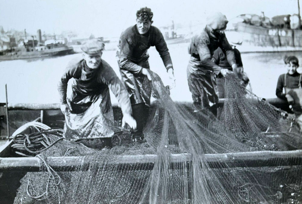 altes Glasdia: Fischer an den Netzen